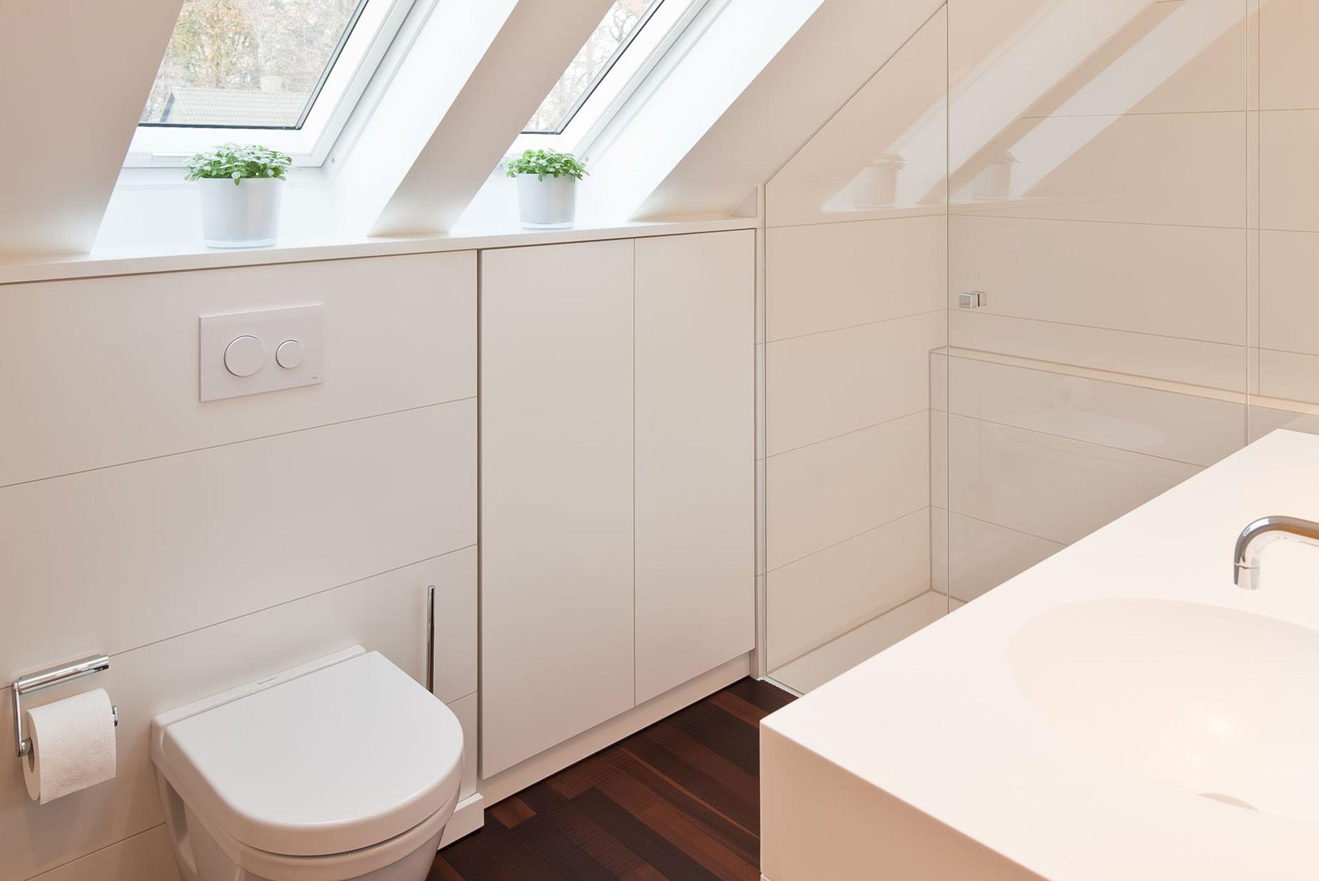 Helles Bad mit Dachschräge und Glasdusche - Tischlerei Schöpker