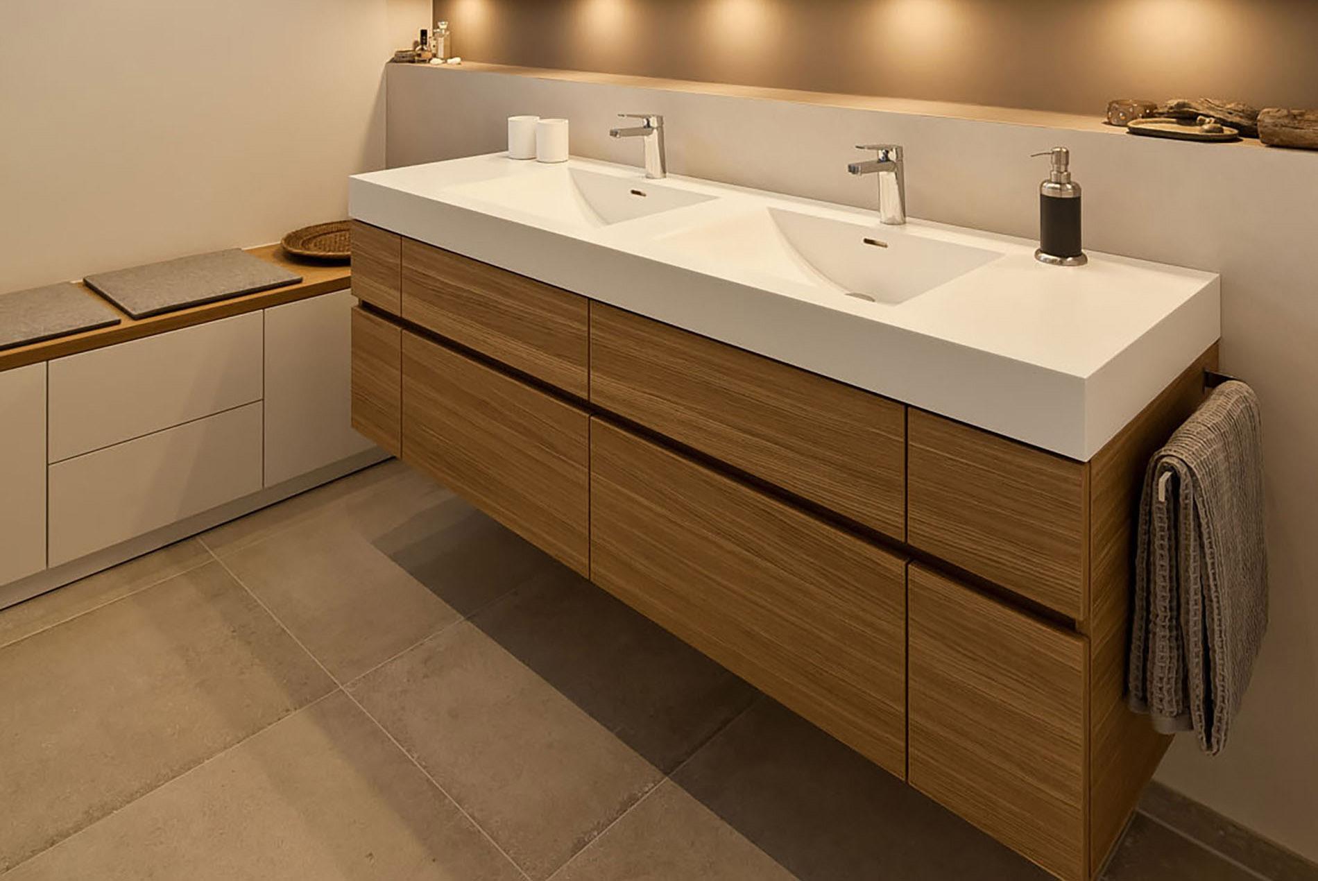 Bad mit praktischem Doppelwaschbecken - Tischlerei Schöpker