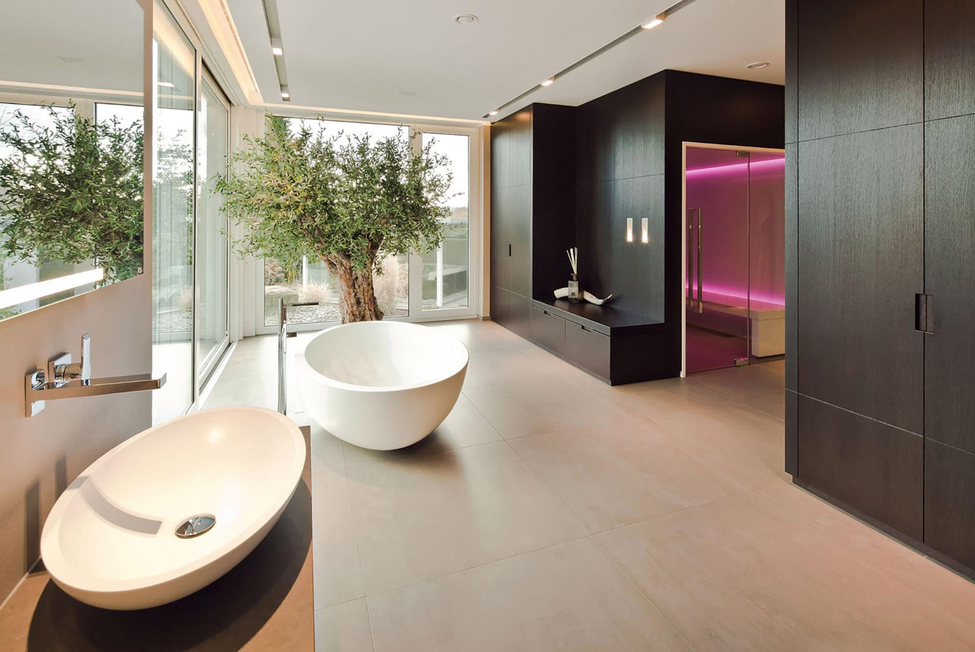 Sauna im Badezimmer mit freistehender Badewanne - Tischlerei Schöpker
