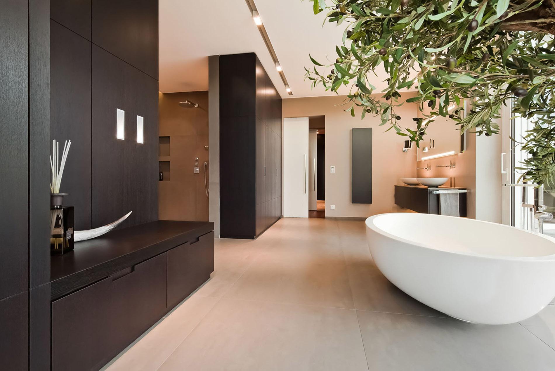 Sauna im Badezimmer mit freistehender Badewanne - Tischlerei ...