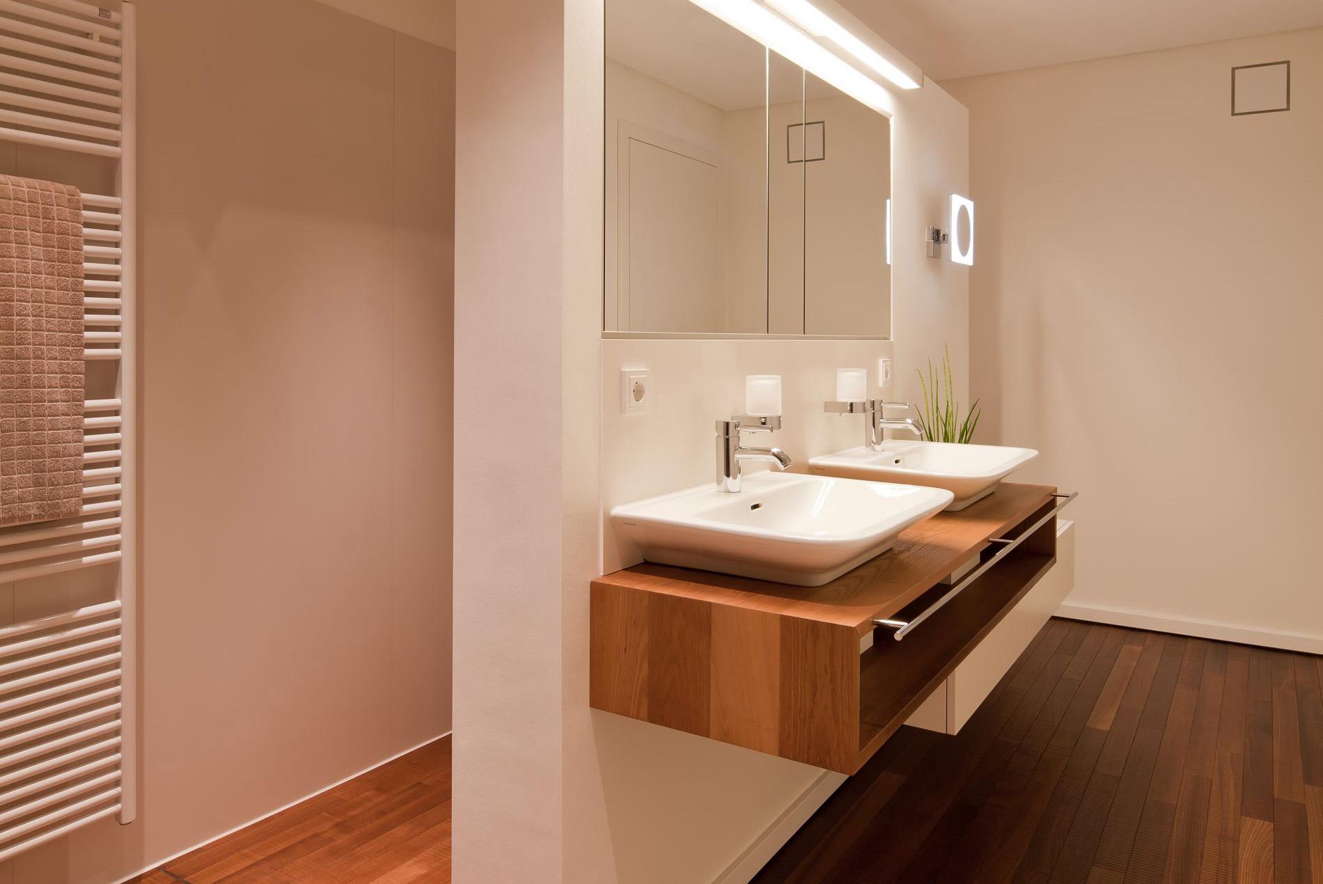 Holzboden im Badezimmer - Bad ensuite - Tischlerei Schöpker