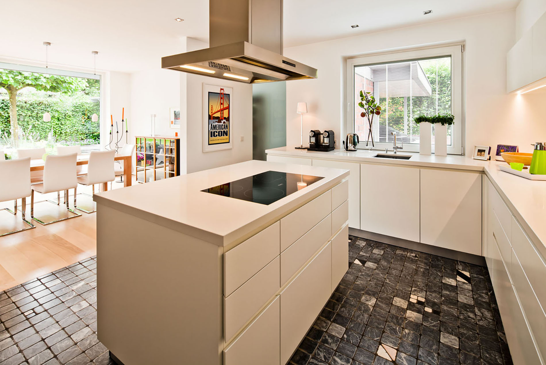 Moderne, helle Küche mit Kochinsel - Tischlerei Schöpker