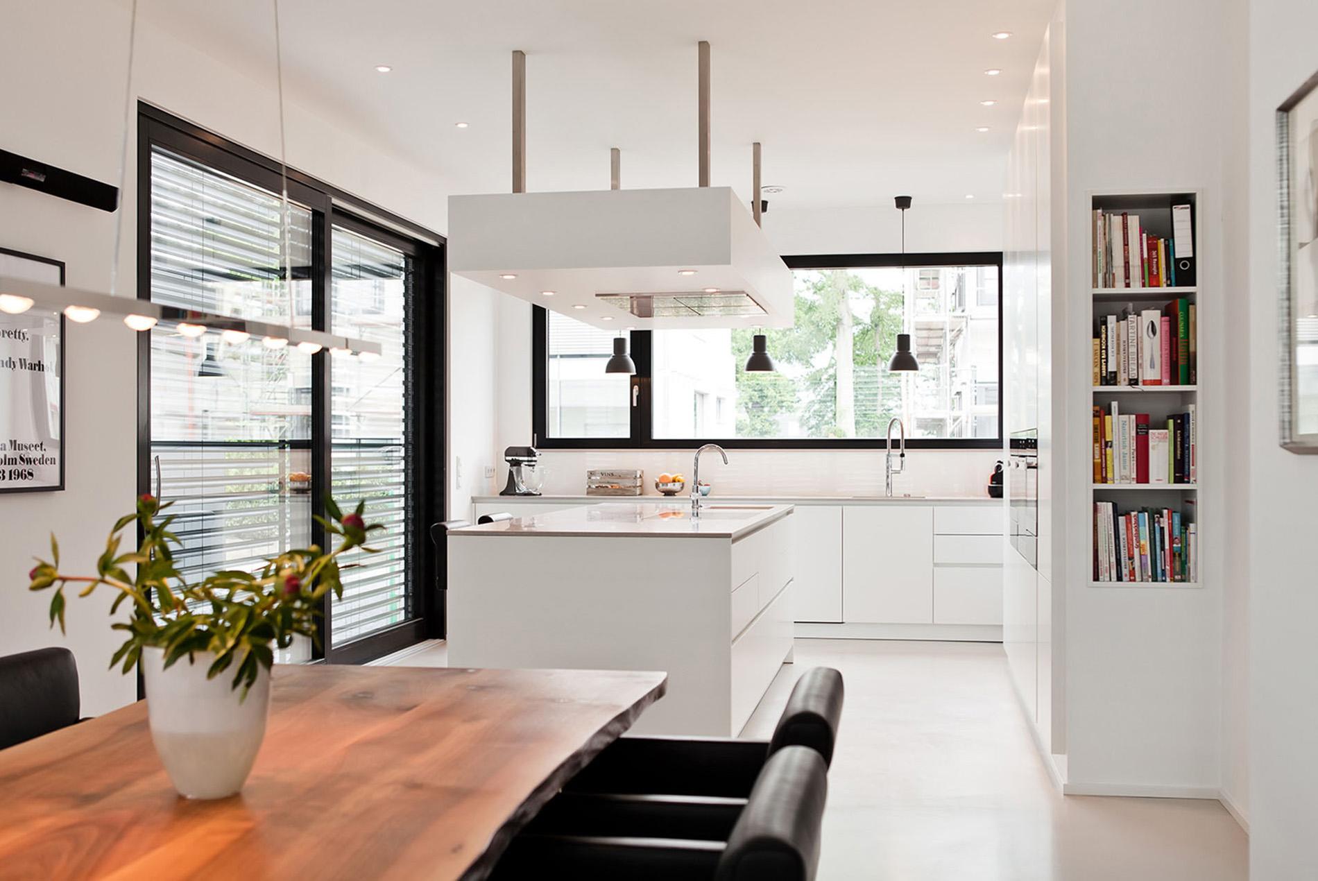 traumk che ganz in wei mit naturstein arbeitsplatte tischlerei sch pker. Black Bedroom Furniture Sets. Home Design Ideas