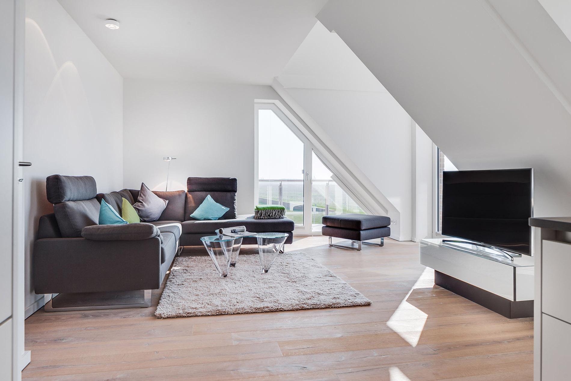 offenes wohnzimmer mit dachschr gen in ferienwohnung tischlerei sch pker. Black Bedroom Furniture Sets. Home Design Ideas