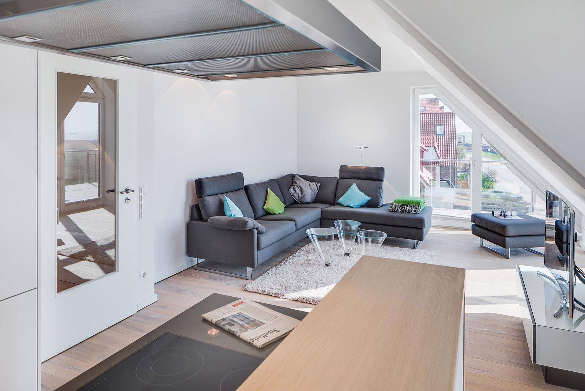 Offenes Wohnzimmer mit Dachschrägen in Ferienwohnung - Tischlerei