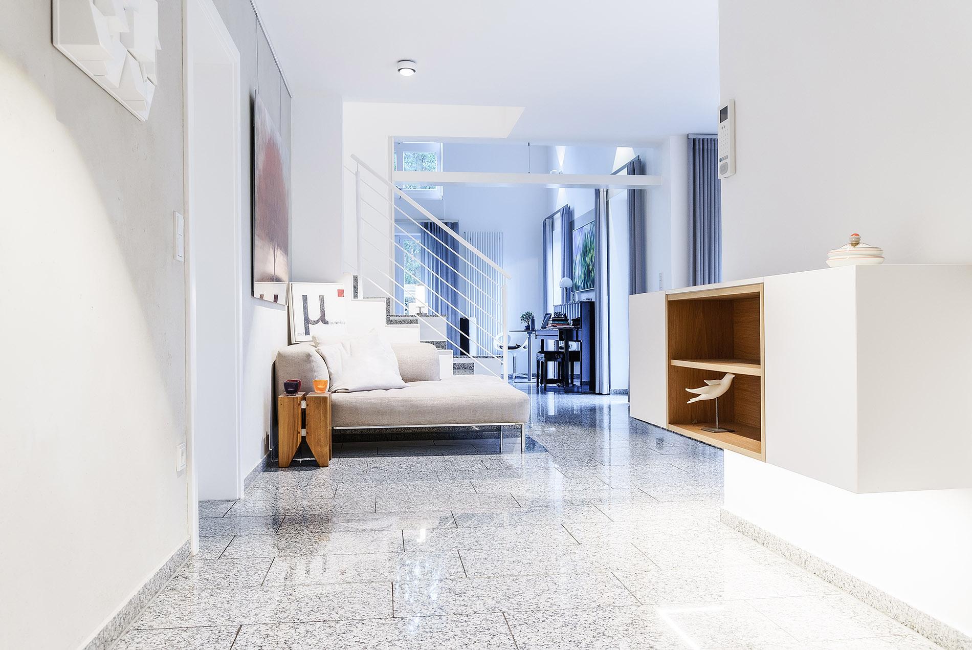 Offene Küche mit Galerie in grau und weiß - Tischlerei Schöpker