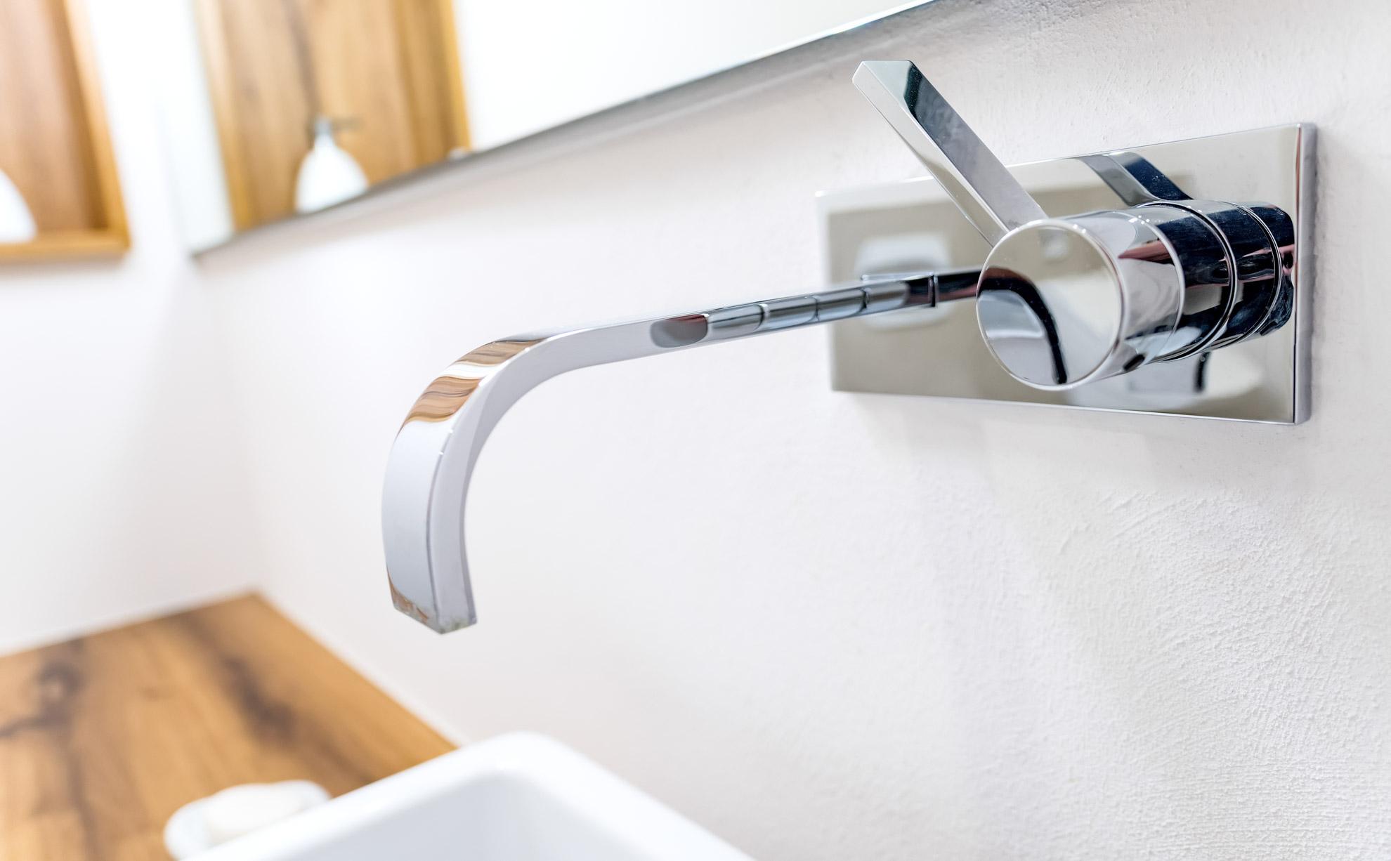 Badezimmer mit Waschtisch aus Wildeiche - Tischlerei Schöpker
