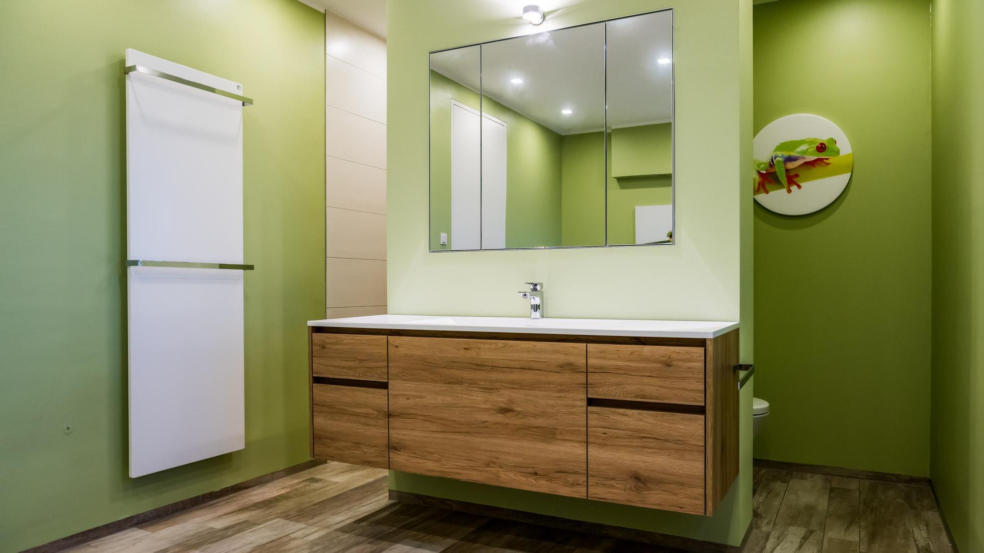 Grünes Badezimmer mit Waschtisch aus Wildeiche